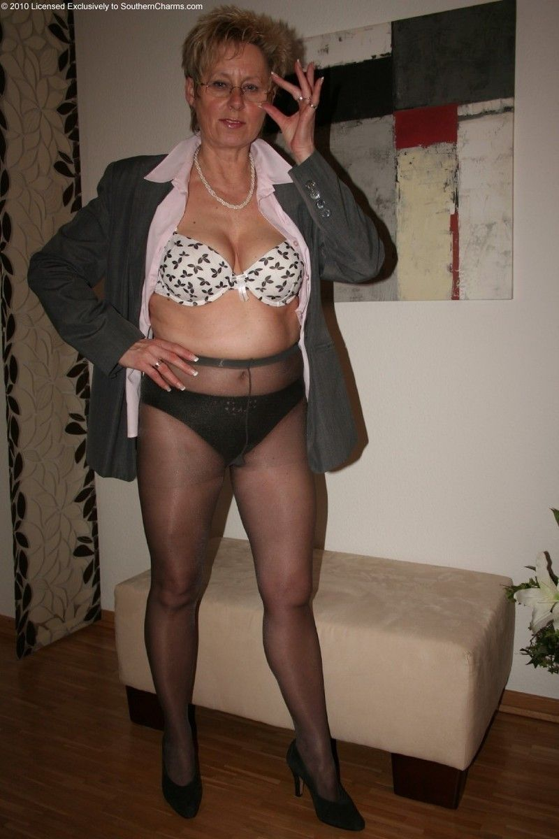 Naked pictures Upskirt casting milf beauty